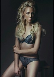 Ameslon Anne Claire model (modèle). Photoshoot of model Ameslon Anne Claire demonstrating Body Modeling.Body Modeling Photo #211948