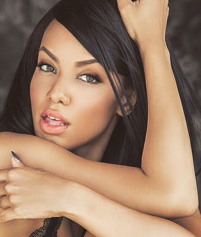 Amina Malakona model. Photoshoot of model Amina Malakona demonstrating Face Modeling.Face Modeling Photo #182085