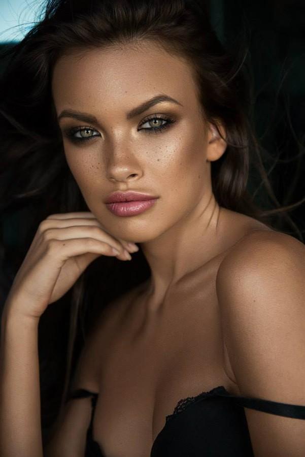 Recto Verso Dubai model & talent agency, Anastasia Plewka Guseva model. Anastasia Plewka Guseva demonstrating Face Modeling, in a photoshoot by Zohaib Zuez.Photographer : Zohaib ZuezModel : Anastasia Plewka GusevaHair & Makeup : Ieva NemciauskaiteF