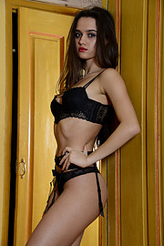 Arjanisa Kurti model (modèle). Photoshoot of model Arjanisa Kurti demonstrating Body Modeling.Body Modeling Photo #196694
