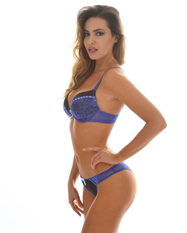 Audrey Bouette model (Audrey Bouetté modèle). Photoshoot of model Audrey Bouette demonstrating Body Modeling.AUDREY BOUETTE LINGERIELingerieBody Modeling Photo #179177