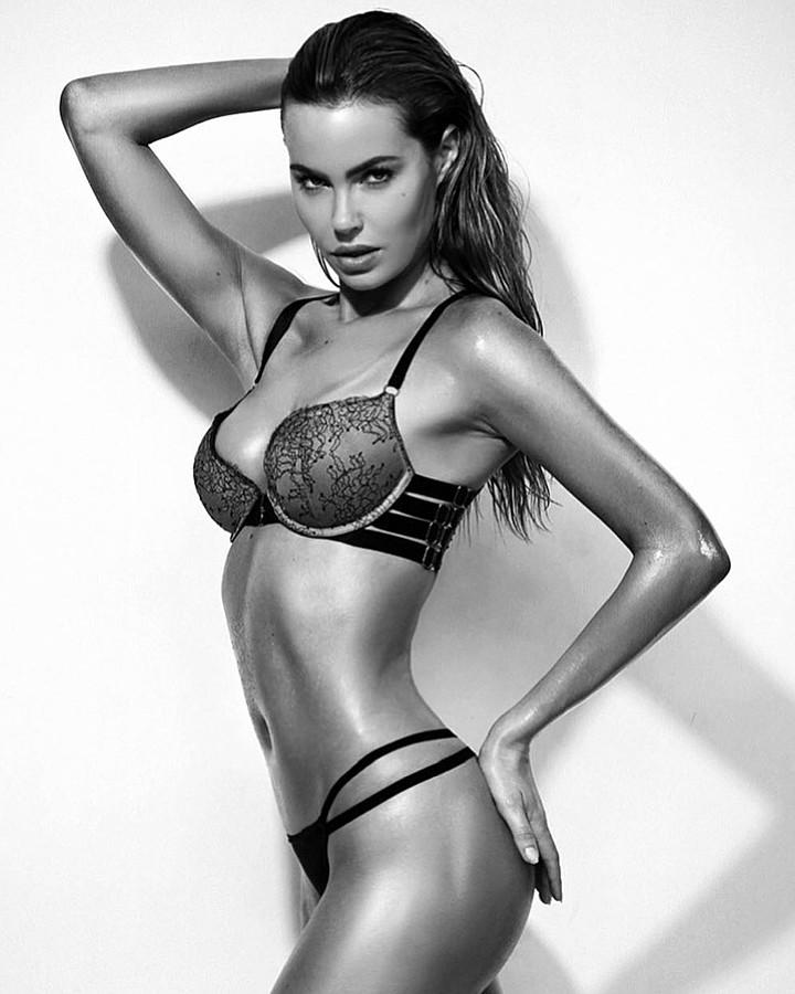 Audrey Bouette model (Audrey Bouetté modèle). Photoshoot of model Audrey Bouette demonstrating Body Modeling.Body Modeling Photo #189524