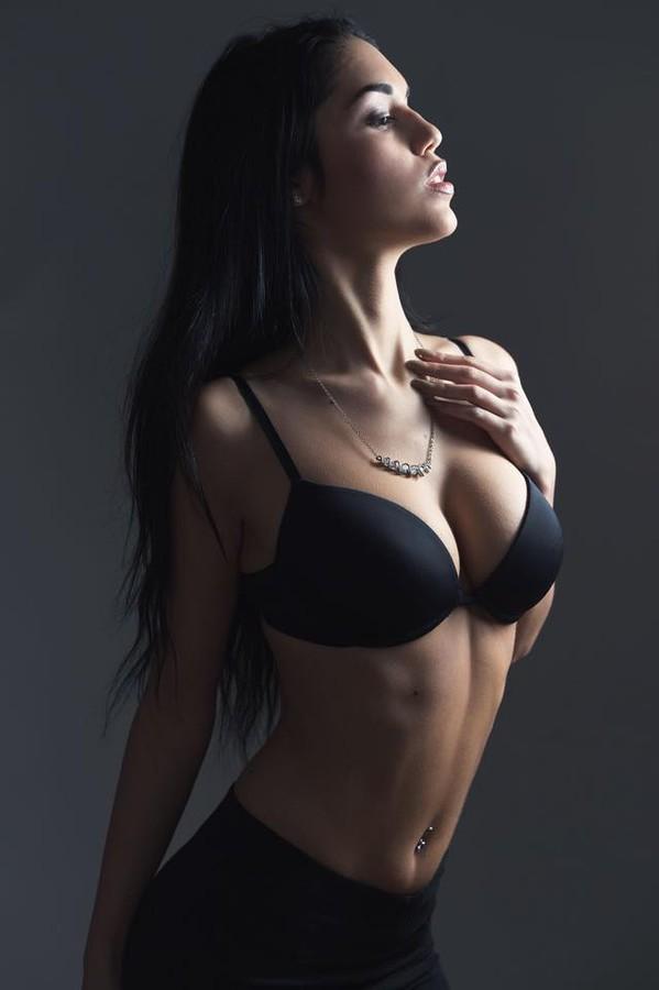 Carmen Vantini model (modella). Carmen Vantini demonstrating Body Modeling, in a photoshoot by Fernando Paz.photographer Fernando PazBody Modeling Photo #151846