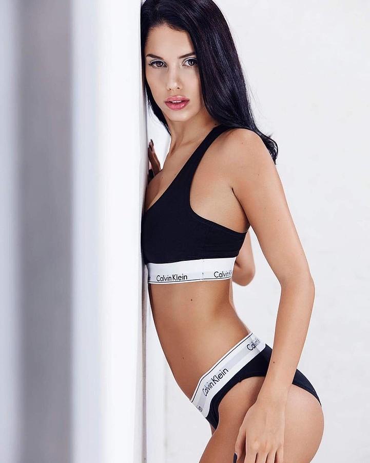 Carmen Vantini model (modella). Carmen Vantini demonstrating Body Modeling, in a photoshoot by Brian Cartone.photographer: Brian CartoneBody Modeling Photo #177162