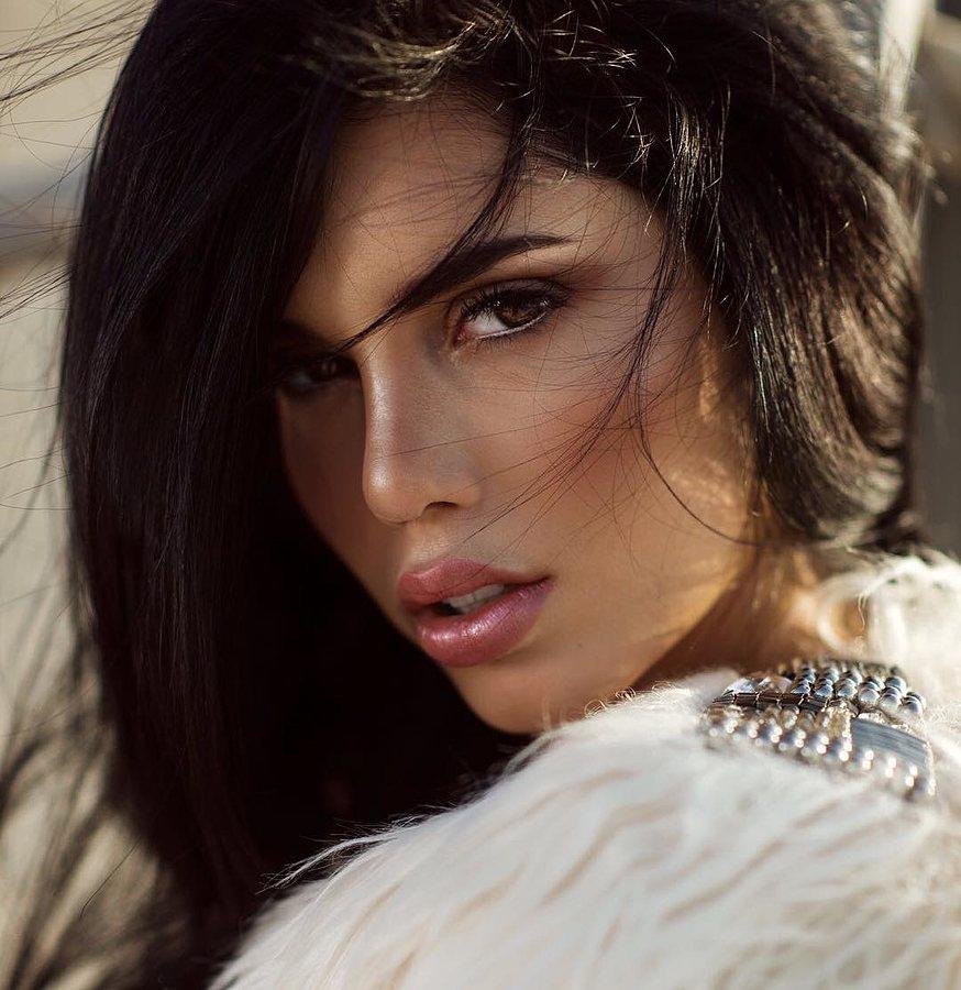 Carmen Vantini model (modella). Photoshoot of model Carmen Vantini demonstrating Face Modeling.Face Modeling Photo #212449