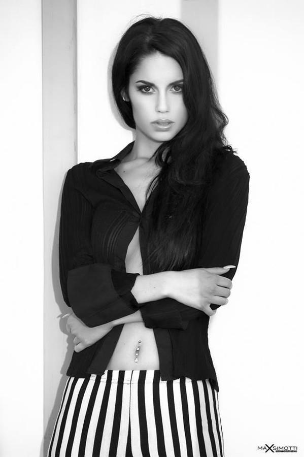 Carmen Vantini model (modella). Photoshoot of model Carmen Vantini demonstrating Face Modeling.Face Modeling Photo #92438