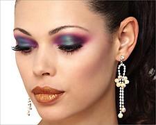 Maquiadora com formação profissional, especialista em maquiagem social e fotografias, professora de maquiagem profissional e automaquiagem,