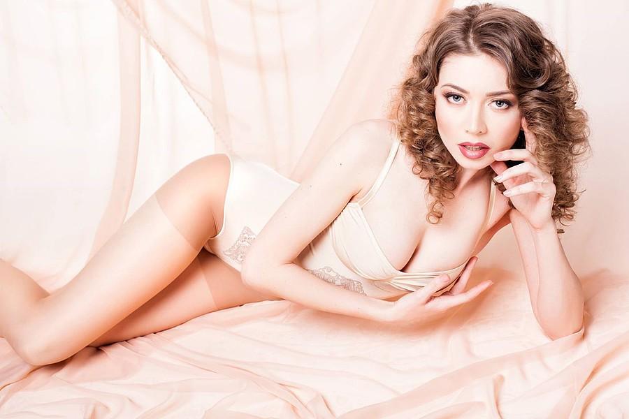 Claudia Marusanici model & photographer. Photoshoot of model Claudia Marusanici demonstrating Body Modeling.Body Modeling Photo #131710