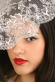 Η Φανή Καζανα είναι επαγγελματίας makeup artist με βάση τη Θεσσαλονίκη. Ασχολείται επαγγελματικά με το μακιγιάζ από το 2006 μετά από μία 10χ