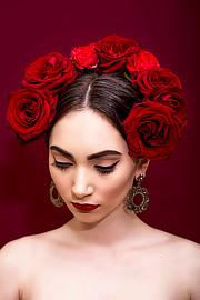 Η Φωτεινή Σιαπκάρη είναι επαγγελματίας makeup artist με βάση τη Θεσσαλονίκη. Ασχολείται επαγγελματικά με το μακιγιάζ από το 2009. Η Φωτεινή