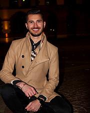Ο Χάρης Κουρουμπάς είναι μοντέλο και εχει ως τόπο διαμονής την Σοφια. Παρά το νεαρό της ηλικίας του έχει καταφέρει πολλά στον χώρο αυτό , συ