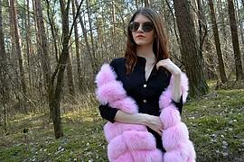 Η Μαρία Χαρίτου είναι μοντέλο με βάση την Αθήνα. Η εμπειρία της περιλαμβάνει επιδείξεις μόδας, μακιγιάζ και χτενισμάτων καθώς και φωτογραφήσ