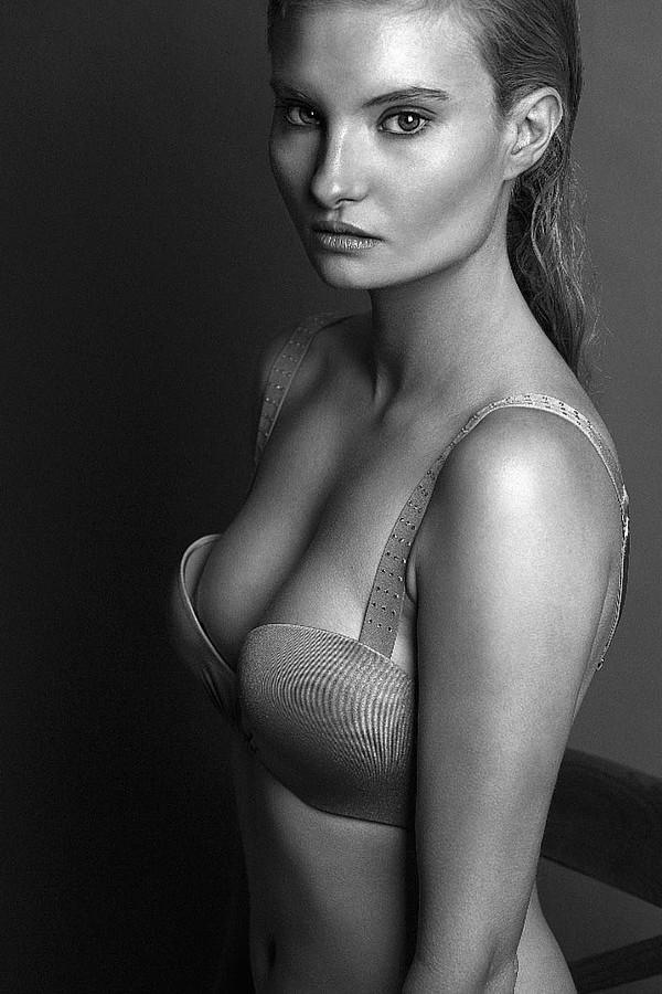 Penelope Heilmann model. Penelope Heilmann demonstrating Face Modeling, in a photoshoot by Alex Blonde.photographer: Alex BlondeFace Modeling Photo #174927