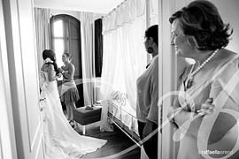 Raffaella si è specializzata nel fotogiornalismo di matrimonio, e ha anche girato fotografie di scena per un sacco di gruppi che agiscono, c