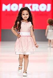 SELECT je vodeća profesionalna modna agencija, koju je posle 15 godina iskustva na jugoslovenskim I evropskim pistama u septembru 2000. godi