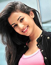Sonal Chauhan model & actress. Photoshoot of model Sonal Chauhan demonstrating Face Modeling.Face Modeling Photo #122993