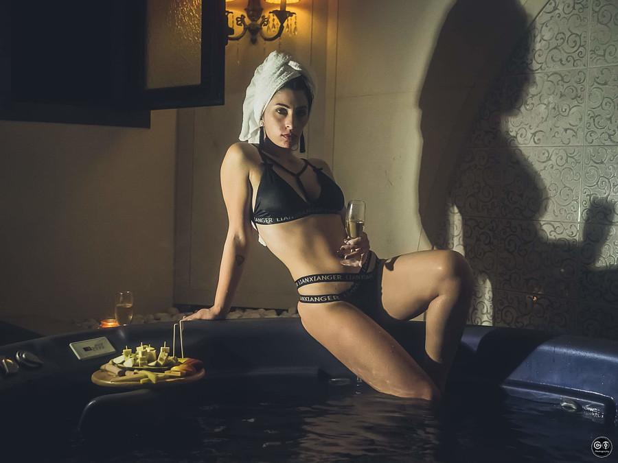 Thewna Stolichnaya model (μοντέλο). Photoshoot of model Thewna Stolichnaya demonstrating Body Modeling.Body Modeling Photo #204299