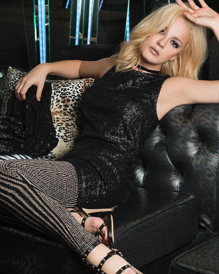 Traiana Anania model & actress. Photoshoot of model Traiana Anania demonstrating Fashion Modeling.designer: Rock My PrinceFashion Modeling Photo #177822
