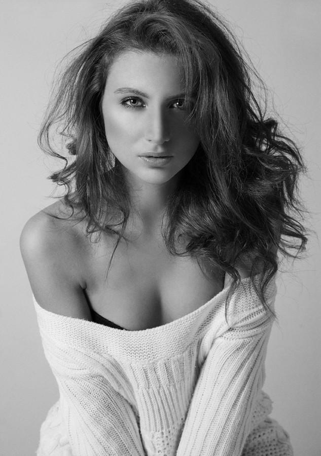 Veronica Lorini model (modella). Photoshoot of model Veronica Lorini demonstrating Face Modeling.Face Modeling Photo #160127