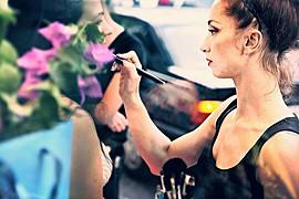 Η Βίκη Χάλιου είναι μακιγιέρ με έδρα την Αθήνα. Οι γνώσεις της περιλαμβάνουν Μακιγιάζ δεκαετιών, τηλεόρασης, κινηματογράφου, Μόδας καθώς και