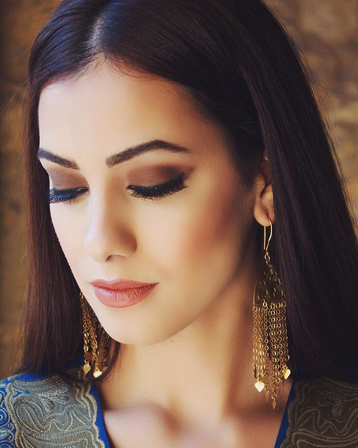 Zayneb Azzam model. Photoshoot of model Zayneb Azzam demonstrating Face Modeling.Face Modeling Photo #174427